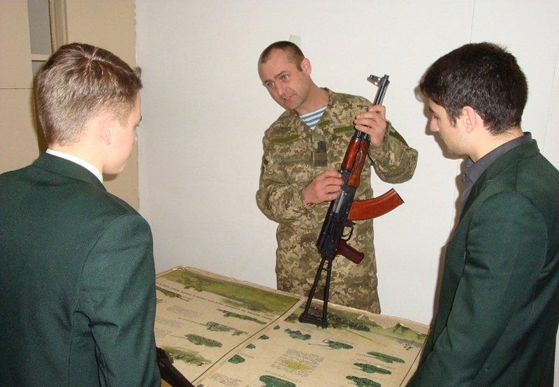 Десантники провели урок «Защита Отечества» для старшеклассников Николаевской гимназии (ФОТО) (фото) - фото 2