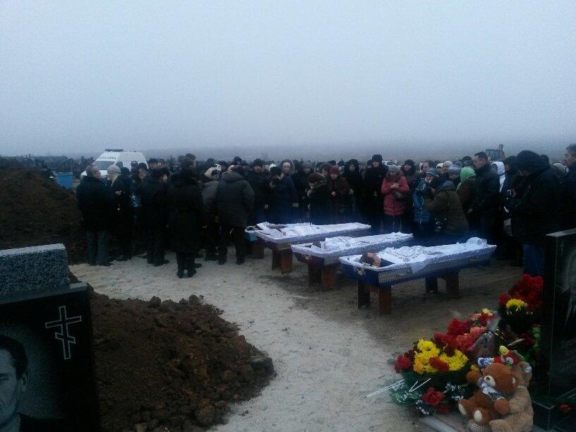 В Мариуполе похоронили семью, погибшую в ходе обстрела микрорайона «Восточный» (ФОТО, 18+), фото-2
