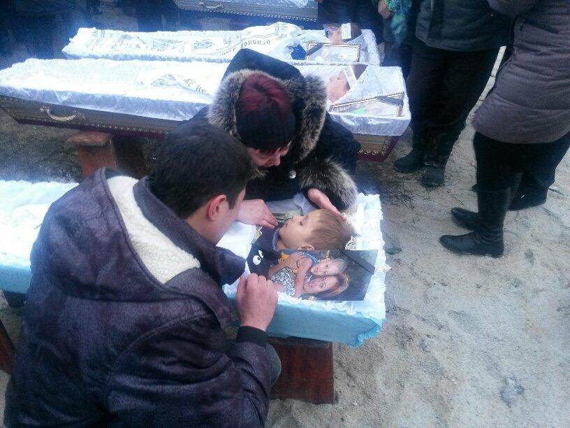 В Мариуполе похоронили семью, погибшую в ходе обстрела микрорайона «Восточный» (ФОТО, 18+), фото-1