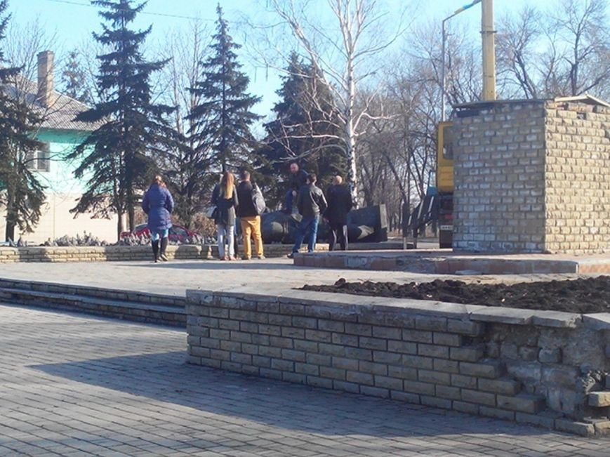 Ленинопад докатился и до Доброполья: ночью неизвестые снели памятник вождю (фото) - фото 4