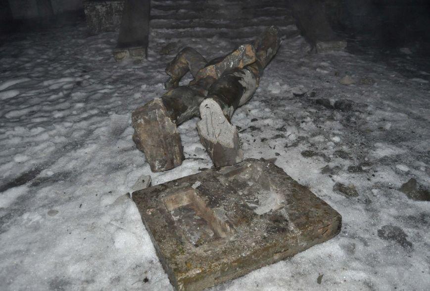 В Запорожье повалили Ленина в военном городке (ФОТО) (фото) - фото 1