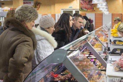 Фотофакт: на открытие продуктового магазина «Квасовский» на ул. Болдина собралось несколько сотен гродненцев (фото) - фото 12