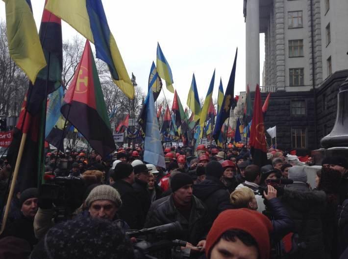 Несколько тысяч шахтеров со всей Украины пикетируют Кабинет министров (фото) - фото 1