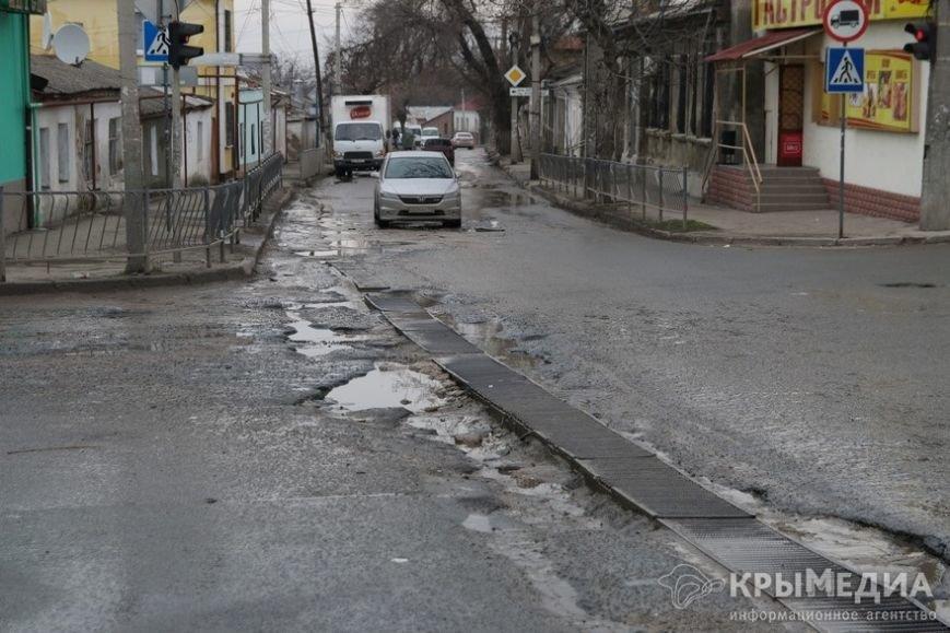 В центре Симферополя машины по бампер проваливаются в ямы (ФОТО, ВИДЕО) (фото) - фото 12