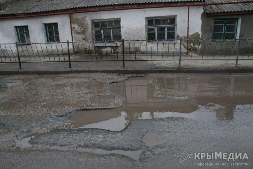 В центре Симферополя машины по бампер проваливаются в ямы (ФОТО, ВИДЕО) (фото) - фото 1