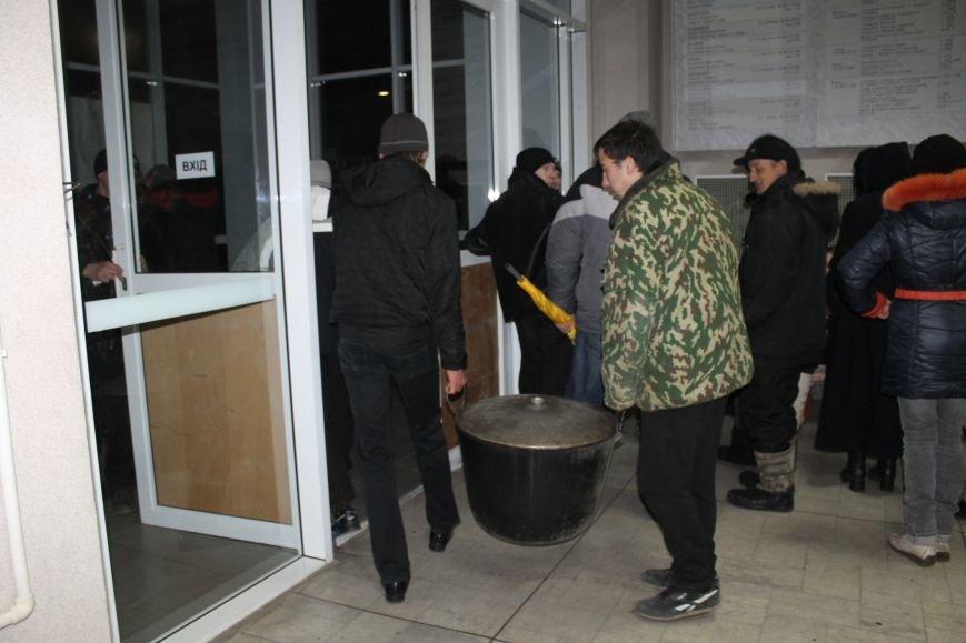 В сессионном зале горисполкома Кривого Рога на ночь остались около сотни участников акции протеста (ФОТОРЕПОРТАЖ), фото-17