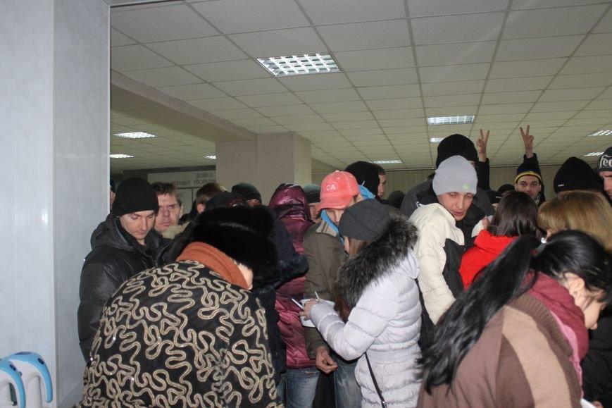 В сессионном зале горисполкома Кривого Рога на ночь остались около сотни участников акции протеста (ФОТОРЕПОРТАЖ), фото-3