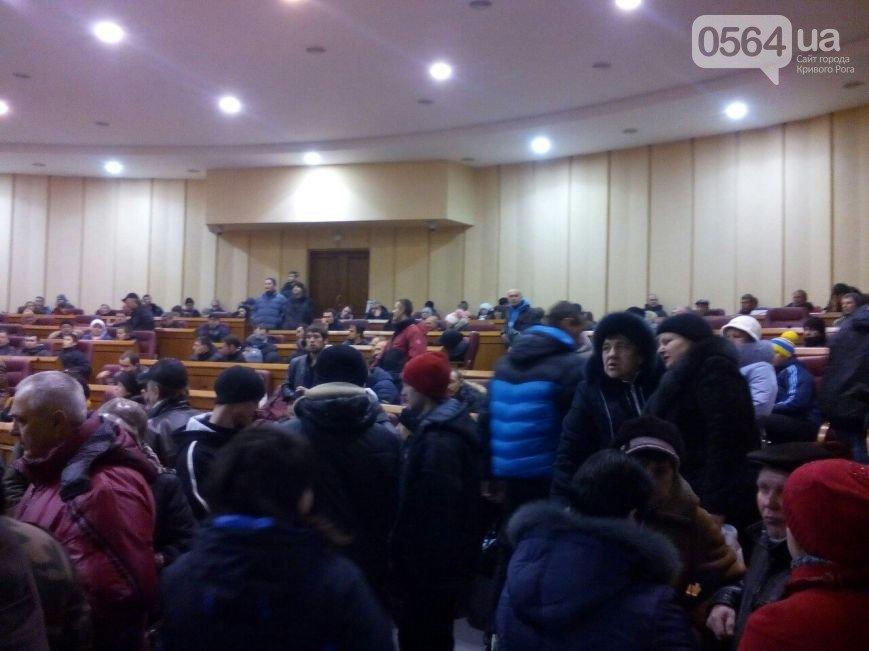 В Кривом Роге: отменили пленарное заседание, 300 человек собралось на акцию протеста и остались ночевать в сессионном зале (фото) - фото 2