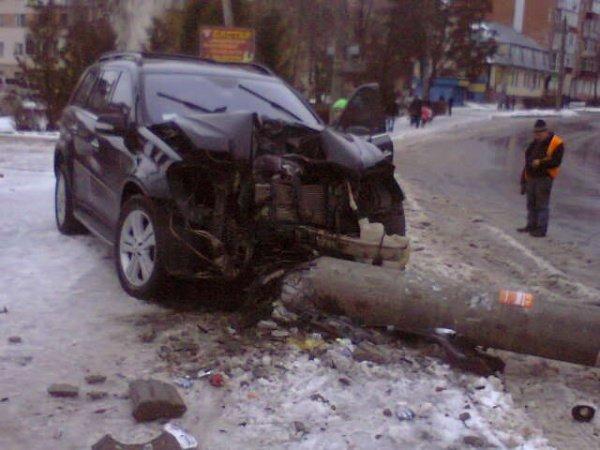 У Тернополі на вул. Карпенка «шумахери» знесли черговий стовп (фото) - фото 1