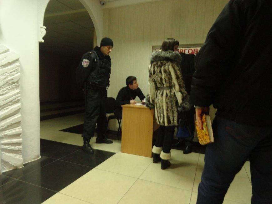В Мариуполе пикетировали апелляционный суд по делу неуловимого пастора — педофила (ФОТО+ВИДЕО) (фото) - фото 1