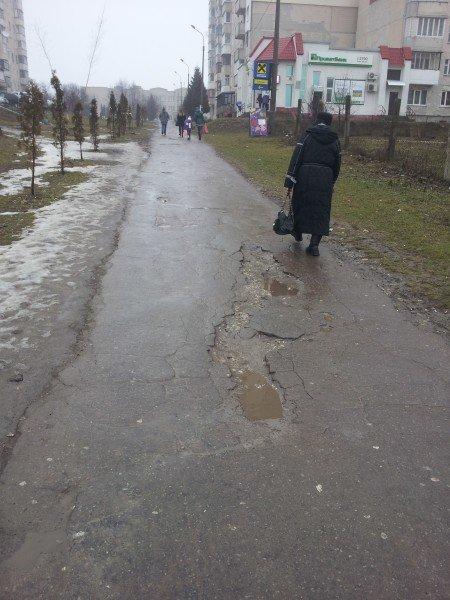 Тернополяни страждають через величезні ями на пішохідних доріжках (фото) (фото) - фото 1