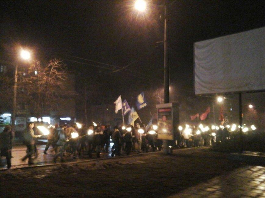 Торжественным факельным шествием более 150 криворожан почтили память Героев Крут (ФОТО) (фото) - фото 1