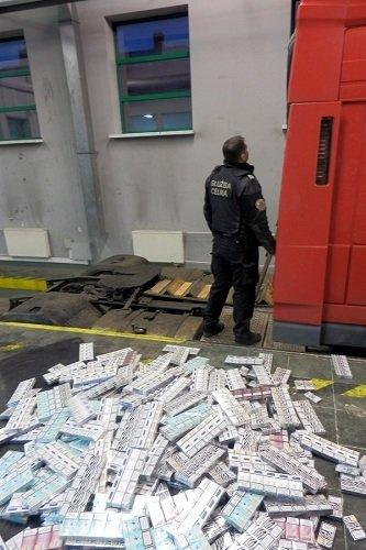 На КПП «Бобровники-Берестовица» задержали фуру с 9 тыс сигарет: водитель прятал контрабанду в тайнике с дистанционным управлением (Фото) (фото) - фото 4