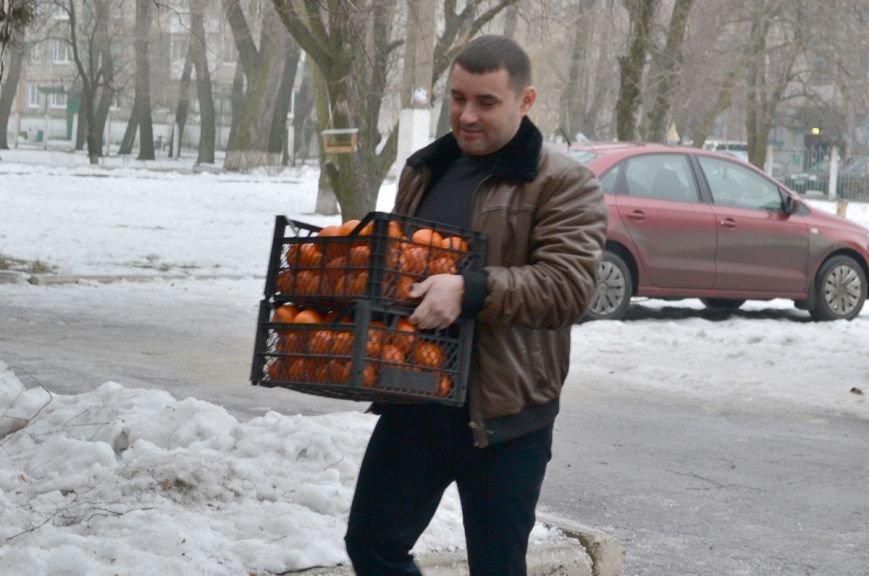 Переселенцы, находящиеся в транзитном пункте Красноармейска, получили помощь от Сергея Андрийченко (Видео), фото-1