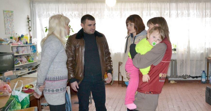 Переселенцы, находящиеся в транзитном пункте Красноармейска, получили помощь от Сергея Андрийченко (Видео), фото-4