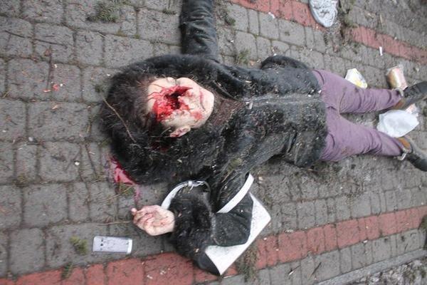 В Донецке во время  раздачи гуманитарной помощи обстреляли ДК Куйбышева - погибли пять человек (ФОТО, 18+) (фото) - фото 1