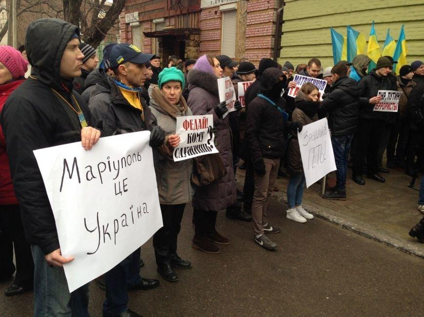 В Мариуполе началась внеочередная сессия горсовета. Здание, где проходит сессия, пикетируют активисты (ОН-ЛАЙН) (фото) - фото 1