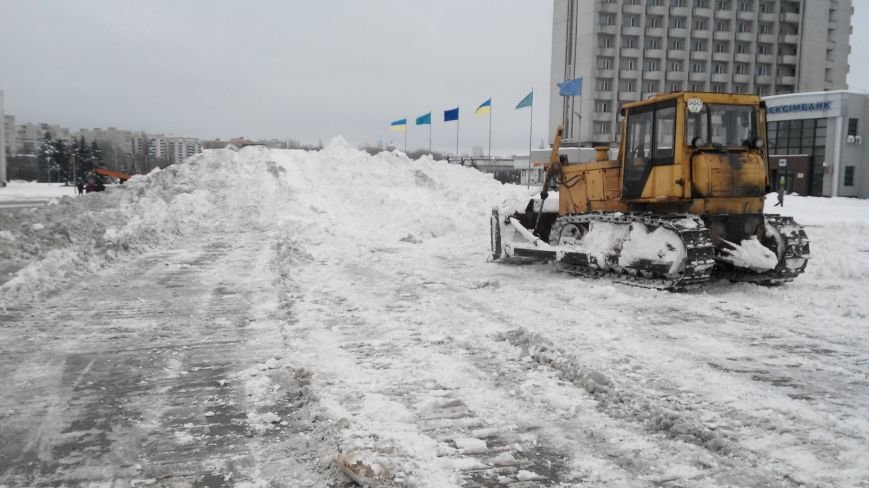 В Сумах самосвалы «Дорремстроя» выгружают снег на пл. Независимости (ФОТО) (фото) - фото 1