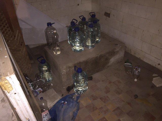 В одном из подвалов на Днепрострое доставленый из Одессы «Новой почтой» спирт смешивали с водой и продавали в местные торговые точки (фото) - фото 3
