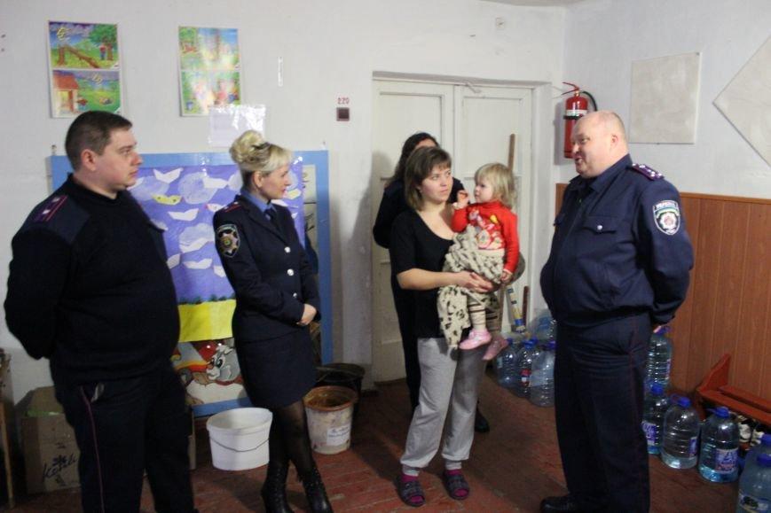 Красноармейские правоохранители оказали помощь продуктами питания и медикаментами переселенцам из зоны АТО, фото-1