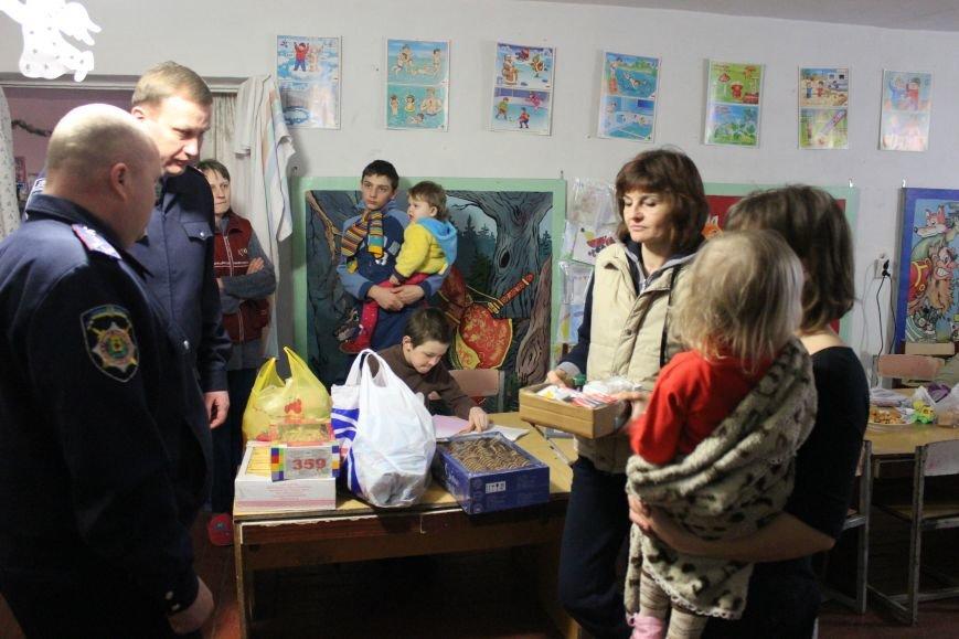 Красноармейские правоохранители оказали помощь продуктами питания и медикаментами переселенцам из зоны АТО, фото-2