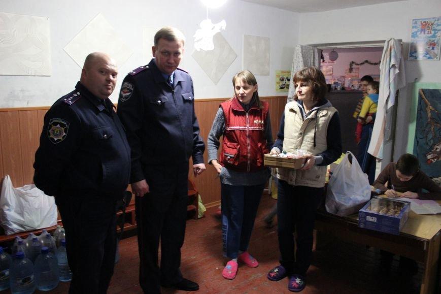 Красноармейские правоохранители оказали помощь продуктами питания и медикаментами переселенцам из зоны АТО, фото-5