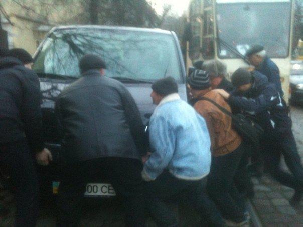 Львів'яни переставили машину своїми руками, аби зміг проїхати трамвай (ФОТО) (фото) - фото 1