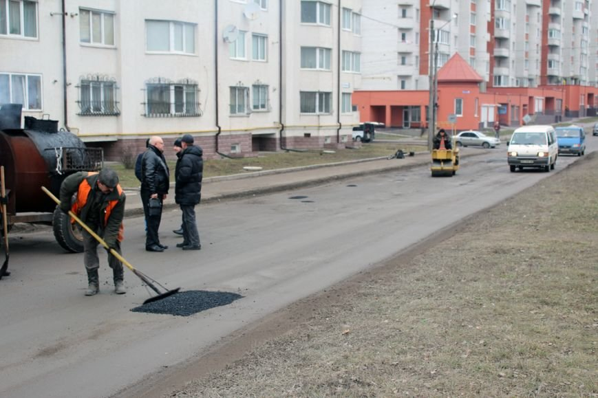 Ямковий ремонт доріг комунальники проведуть практично на усіх масивах Тернополя (фото) (фото) - фото 1