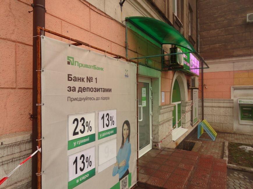 Банки перестали  возвращать  валютные вклады горожанам в Мариуполе (ФОТО) (фото) - фото 1