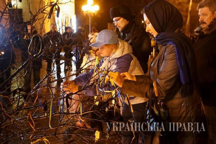 В Мариуполе на девятинах по погибшим в результате теракта на Восточном зажгли поминальные свечи (ФОТО) (фото) - фото 1