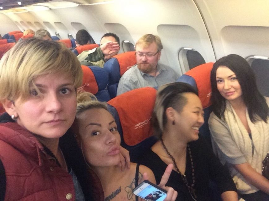 Целующиеся девушки устроили фотосессию на фоне Виталия Милонова (фото) - фото 1