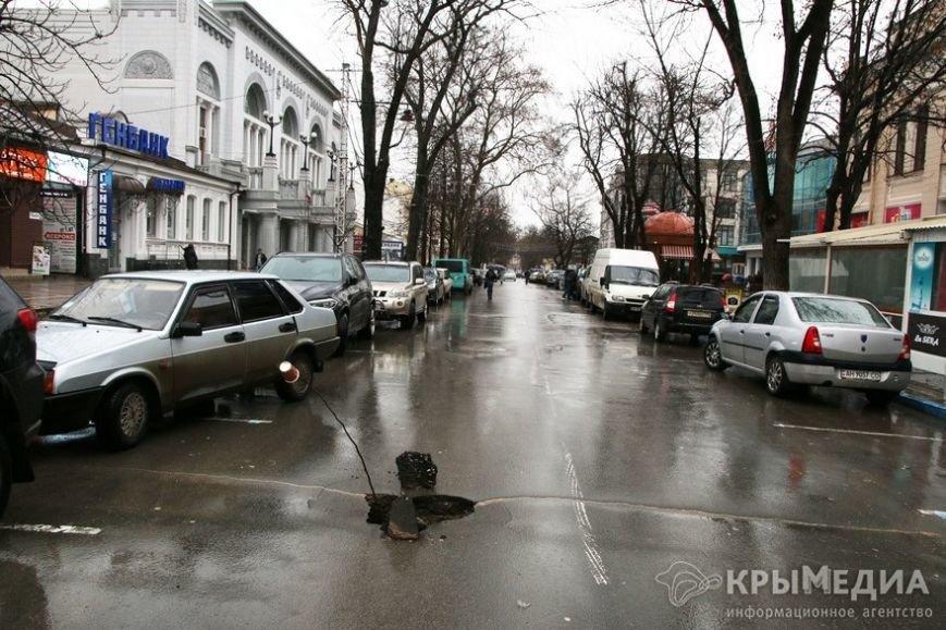 ФОТОФАКТ: В центре Симферополя провалилась дорога (фото) - фото 3