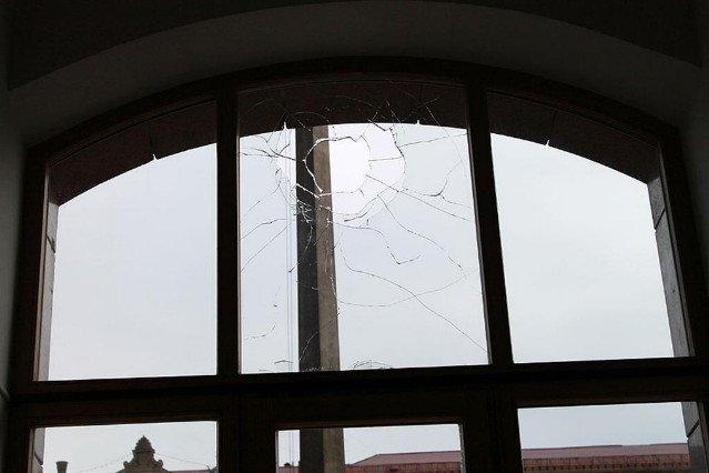 В Киеве пьяный хулиган разбил окна в КГГА (ФОТО) (фото) - фото 1