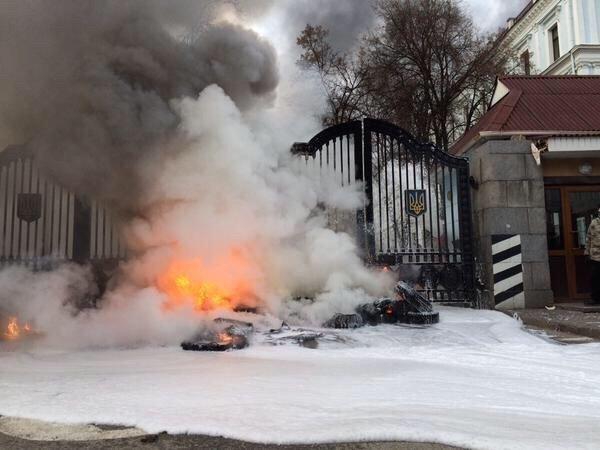 В Киеве айдаровцы перекрыли Грушевского возле здания Кабмина (ФОТО) (фото) - фото 2