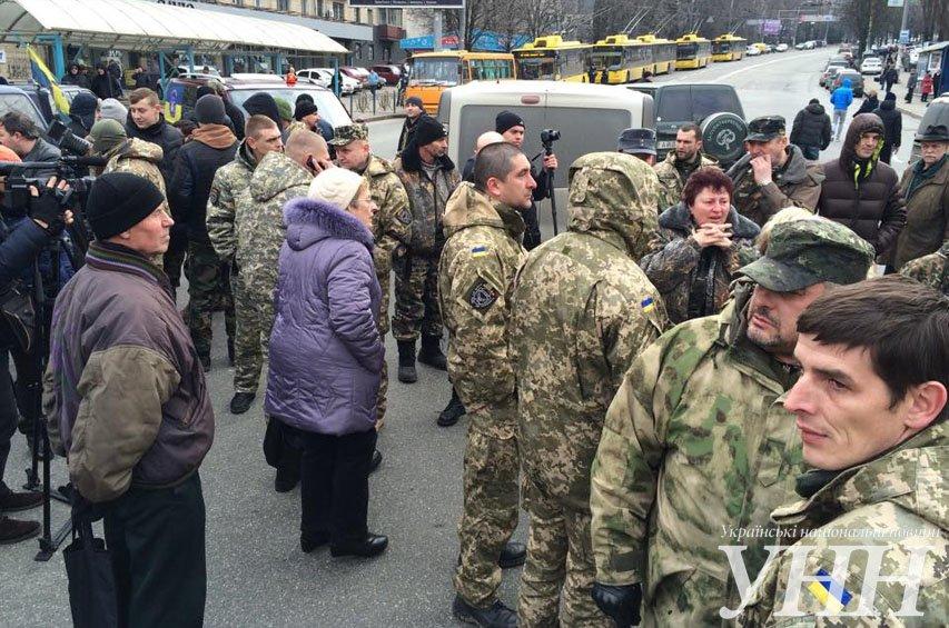 В Киеве айдаровцы перекрыли Грушевского возле здания Кабмина (ФОТО) (фото) - фото 1