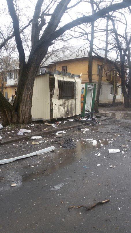 В Донецке снаряд попал рядом со станцией переливания крови - погиб водитель, ранен врач, фото-1