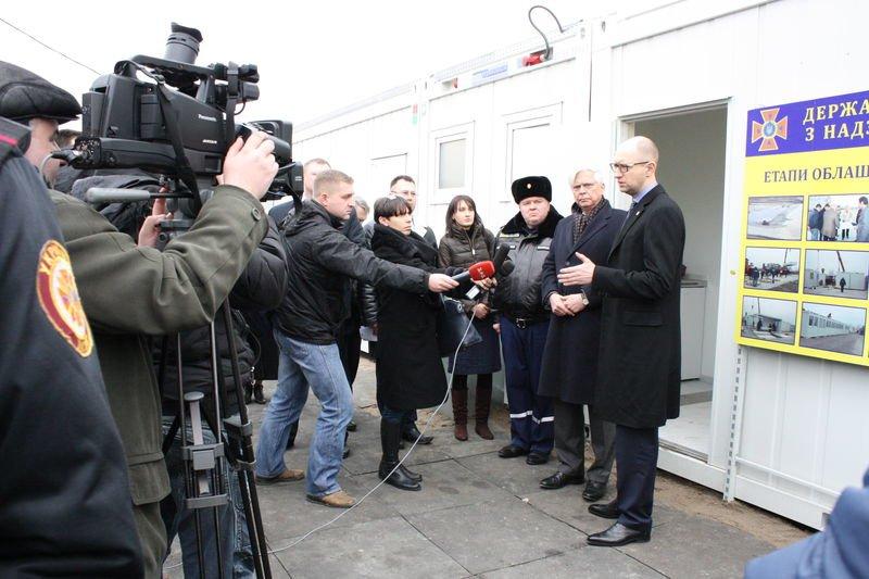 Яценюк предлагает заселить запорожские недострои беженцами (фото) - фото 1
