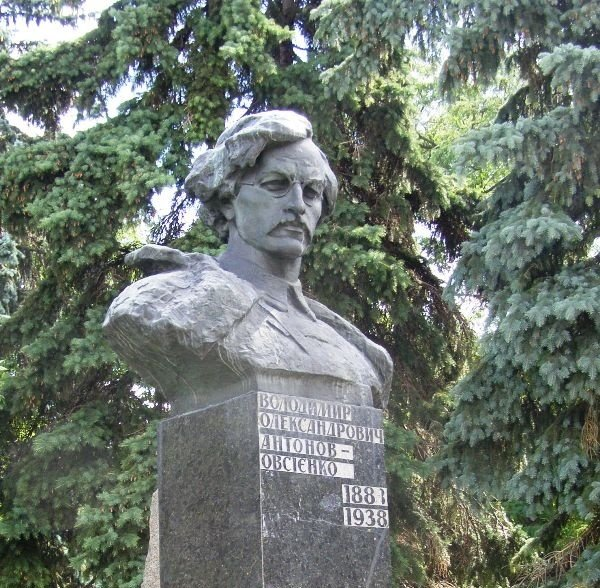 Аллею Героев в Чернигове «перезагрузят». Мирно или с кувалдой? (фото) - фото 1