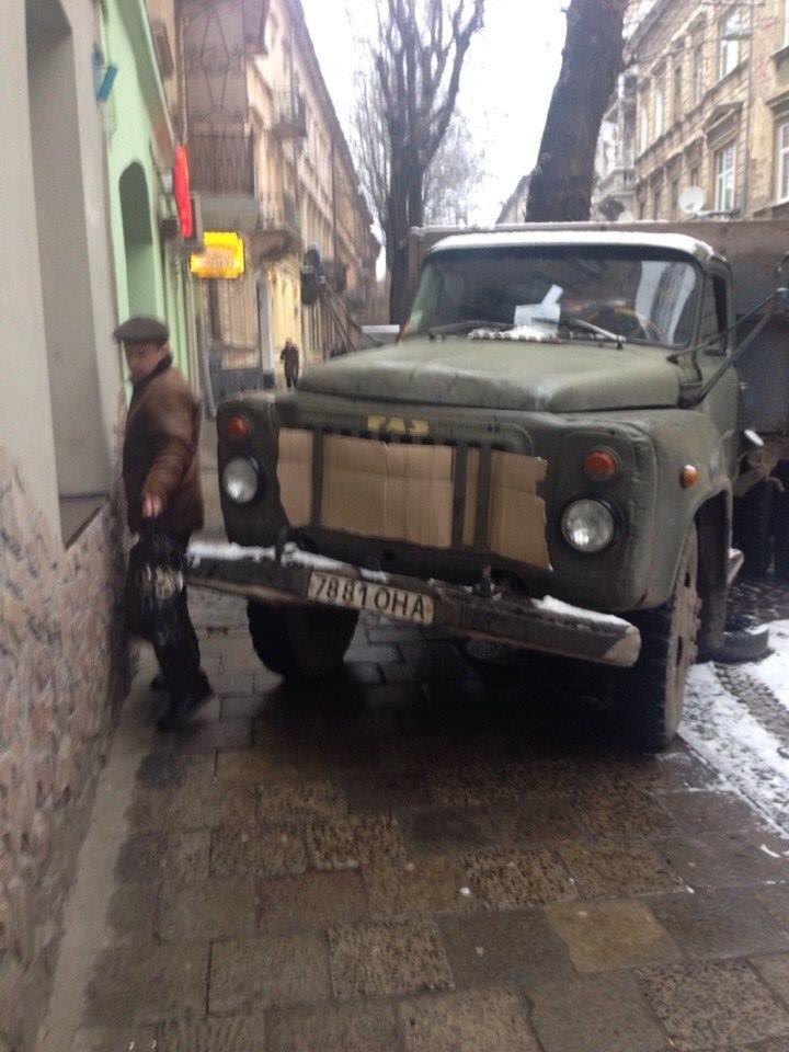 «Бидлопаркінг» по-львівськи: вантажівка ЛКП заблокувала тротуар (ФОТО), фото-1