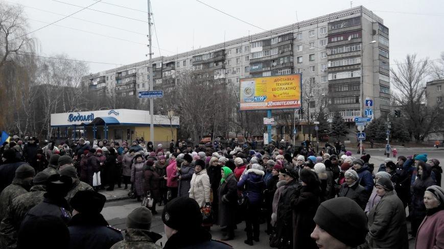 В Краматорске начался митинг против мобилизации: ФОТОРЕПОРТАЖ (ОБНОВЛЯЕТСЯ!) (фото) - фото 23