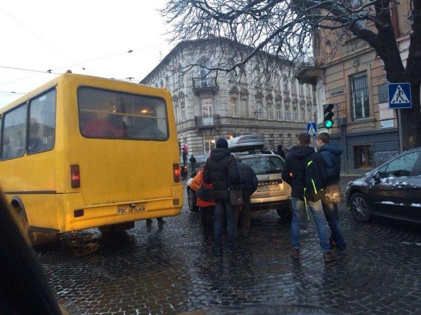 У Львові маршрутка не розминулась з іномаркою (ФОТО), фото-3