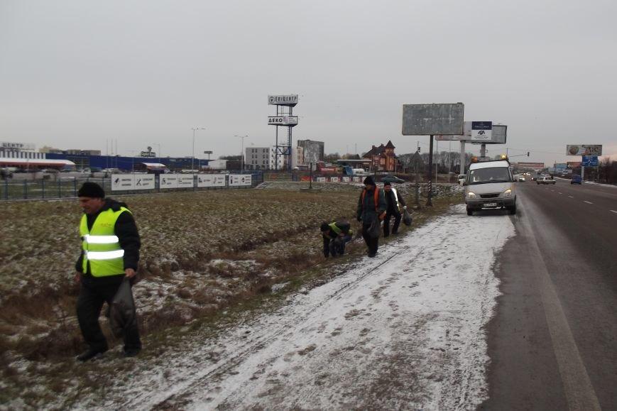 Під час ремонту доріг на Львівщині, довелось вивезти декілька тонн сміття з узбіччя (ФОТО) (фото) - фото 1