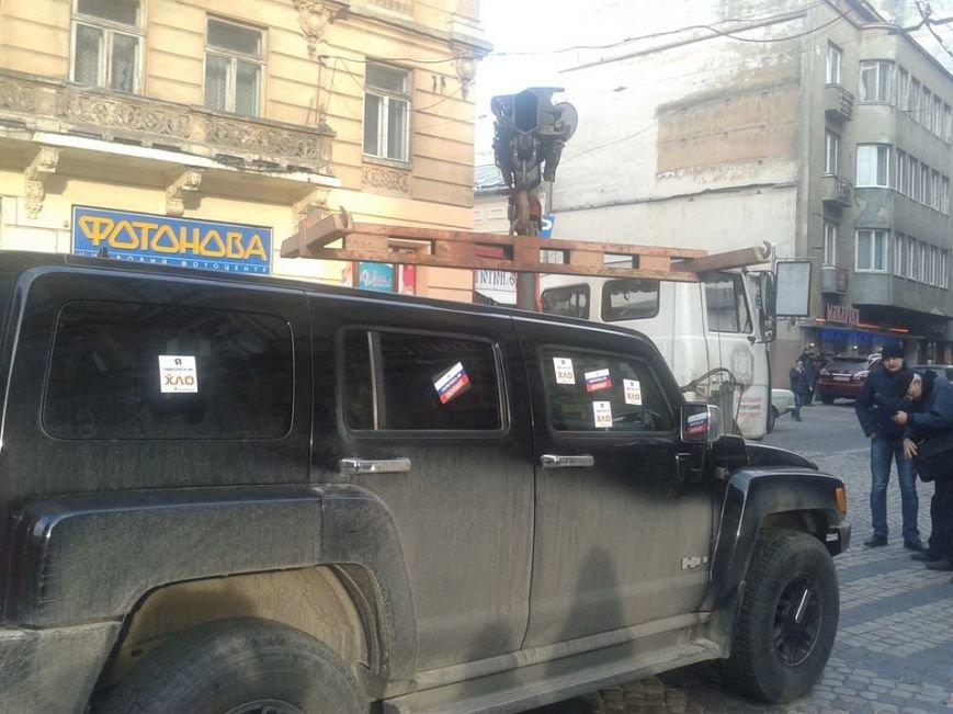 Я паркуюсь як окупант: небайдужі львів'яни викликали евакуатор, аби придбати з дороги «Хамер» (ФОТОРЕПОРТАЖ), фото-1