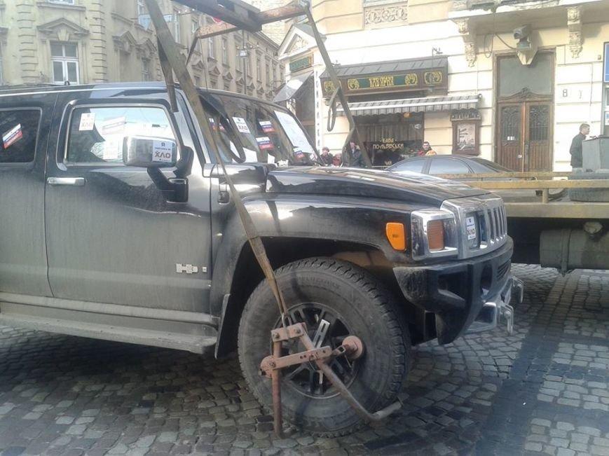 Я паркуюсь як окупант: небайдужі львів'яни викликали евакуатор, аби придбати з дороги «Хамер» (ФОТОРЕПОРТАЖ), фото-3