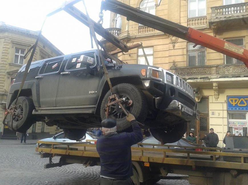 Я паркуюсь як окупант: небайдужі львів'яни викликали евакуатор, аби придбати з дороги «Хамер» (ФОТОРЕПОРТАЖ), фото-10