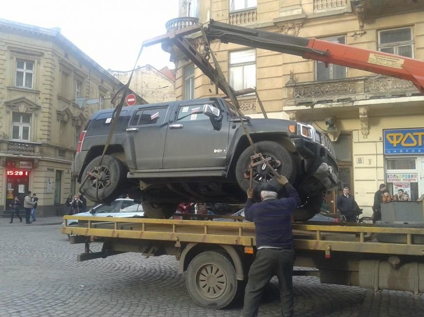 Я паркуюсь як окупант: небайдужі львів'яни викликали евакуатор, аби придбати з дороги «Хамер» (ФОТОРЕПОРТАЖ), фото-13