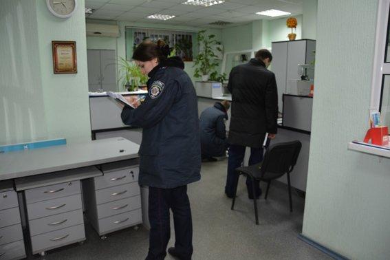 В Николаеве вооруженный грабитель ранил кассира банка (ФОТО) (фото) - фото 1