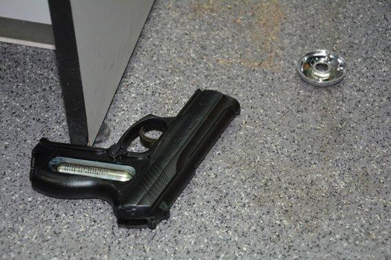 В Николаеве вооруженный грабитель ранил кассира банка (ФОТО) (фото) - фото 4