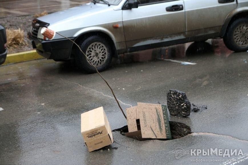 ФОТОФАКТ: Дыру в асфальте на ул. Горького засыпали камнями (фото) - фото 3