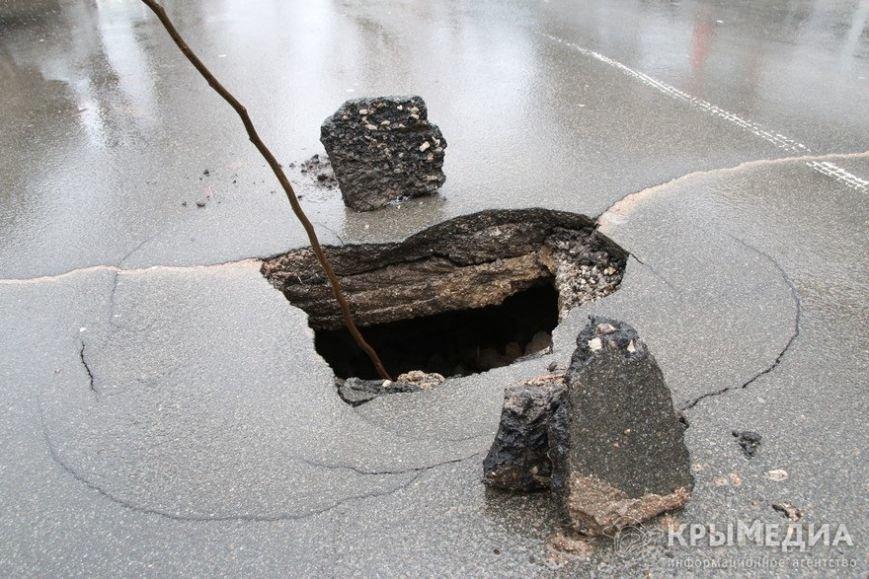 ФОТОФАКТ: Дыру в асфальте на ул. Горького засыпали камнями (фото) - фото 2